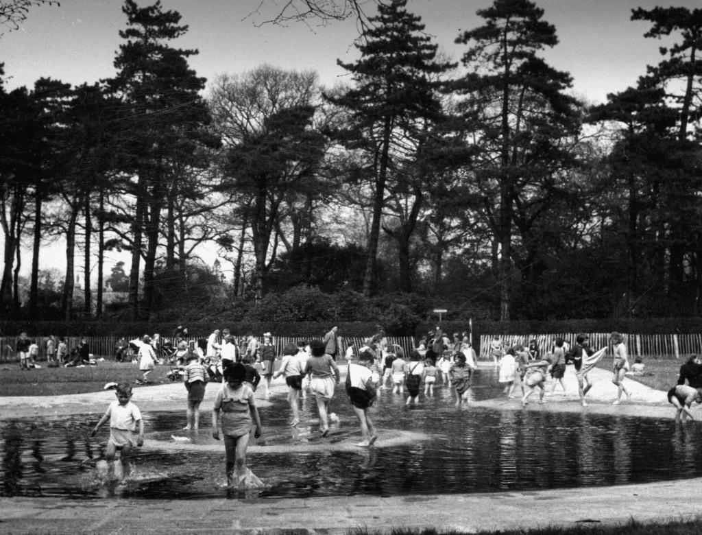 Paddling Pool, Wythenshawe Park, Wythenshawe 1955.  Manchester Local Image Collection ref: m58729